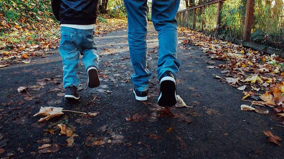 Isä ja lapsi kävelevät.