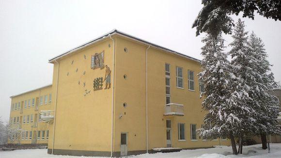 Kivimaan koulu talvella.