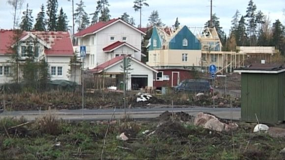 Rakenteilla olevia omakotitaloja Lahden Karistossa.