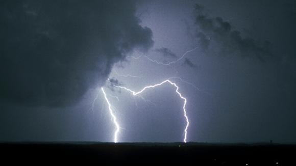Salama ja myrskypilviä