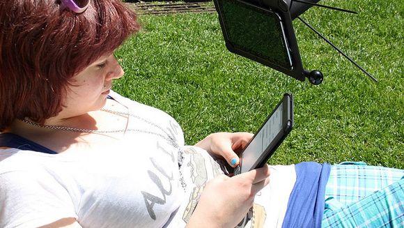 Audio: Nainen selaa tablettitietokonetta