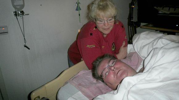 Neliraajahalvaantunut mies makaa sängyssä.