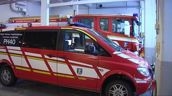 Heinolan paloasemalla autot ovat vieri vieressä.