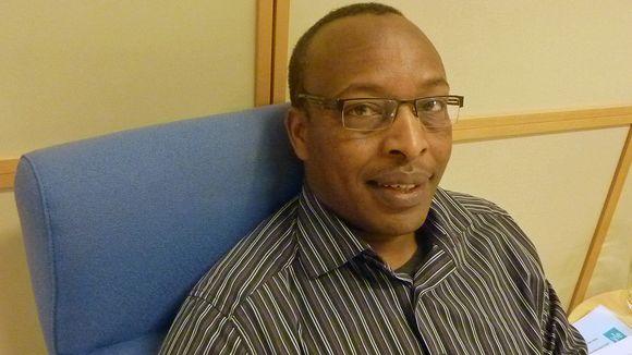 Wilson Kirwa istuu Yle Lahden toimituksessa.