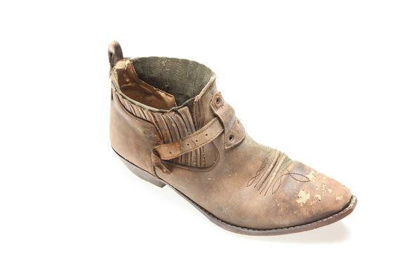 Kenkä, jonka sisältä löytyi jalkaterä.