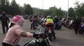 Moottoripyöräilijöitä Kivimaan koululla Lahdessa