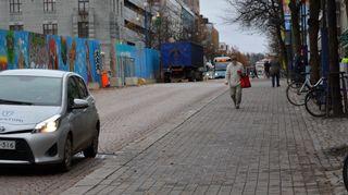 Auto, bussi ja jalankulkija Lahden Aleksanterinkadulla.