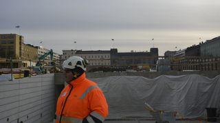 Vastaava mestari Lahden toriparkkityömaalla.