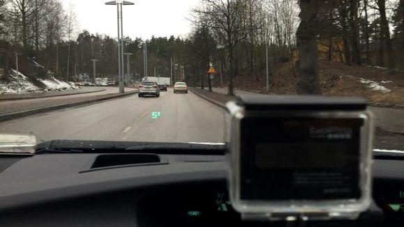 Autokamera kuvaa liikennettä.