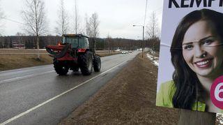 Vaalimainos tien varressa Päijät-Hämeessä.