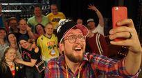 YleX:n juontaja Matti Airaksinen Parasta ennen -ohjeman fanien ympäröimänä.
