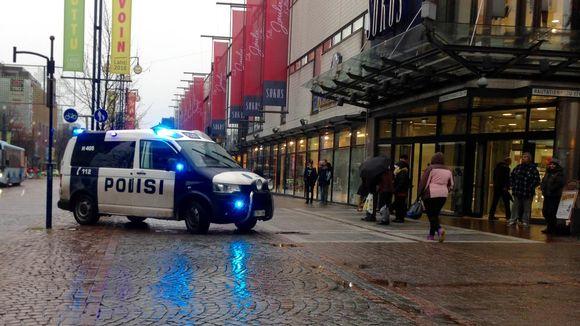 Poliisiauto Sokoksen edustalla.
