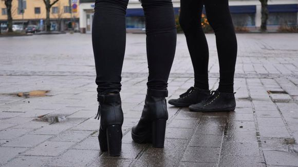 Kaksi tyttöä seisoo torilla.
