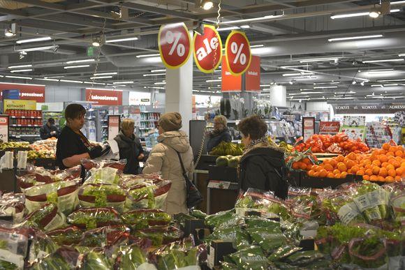 Ihmisiä ruokakaupassa.