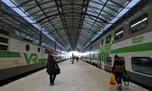 Ihmisiä Helsingin rautatieasemalla.