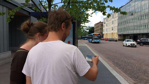 Kaksi ihmistä kokeilee uutta bussisovellusta Lahdessa.