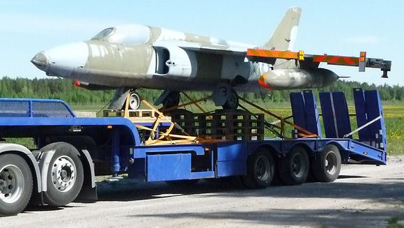 Museokone Folland Gnat Mk.1 siirtokuljetuksessa Lappeenrannassa kesällä 2009.