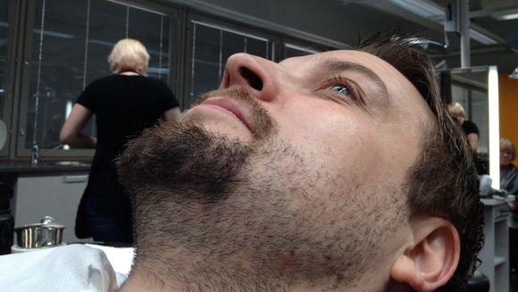 Etelä-Karjalan Ammattiopiston opiskelija Janita Papunen valmistautuu ajamaan Juha-Pekka Taskisen partakarvoituksen amerikkalaisittain.