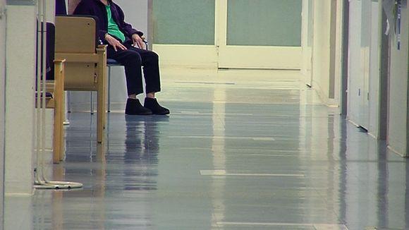 Henkilö sairaalan käytävällä