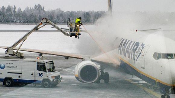 Ryanairin konetta huolletaan Lappeenrannan lentokentällä.
