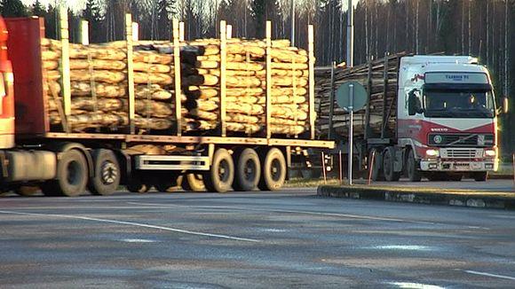 Puuta tuodaan Venäjältä rekka-autoilla.