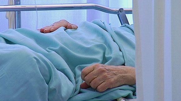 Potilas makaa vuoteessa sairaalassa.