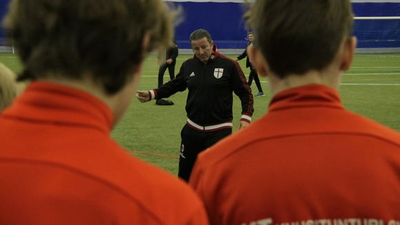 Valmentaja puhuu juniorijalkapalloilijoille
