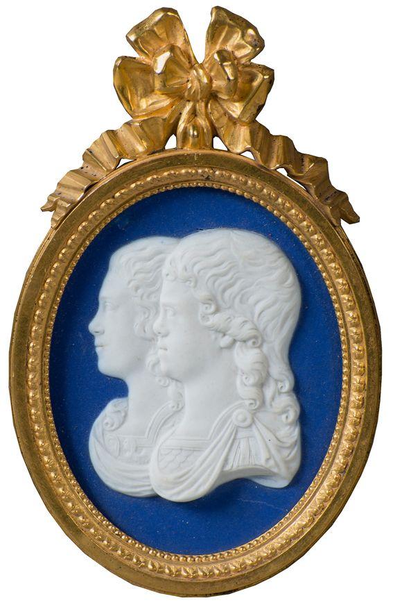"""Kamee """"Aleksanteri ja Konstantin Pavlovitšin muotokuva"""". 1790-luku. Jäljennös Maria Fjodorovnan valmistamasta syntymäpäivälahjasta anopilleen Katariina Suurelle 1789."""