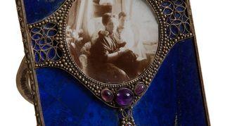 Valokuvakehys, 1915. Nimipäivälahja Aleksandra Fjodorovnalta Nikolai II:lle 1915. Kehyksessä on valokuva keisarinnasta Aleksein kanssa.