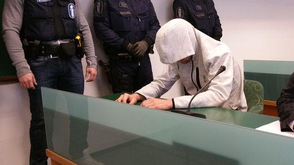 Kolmoismurhasta syytetty huppu päässä käräjäoikeudessa 7.12.2016
