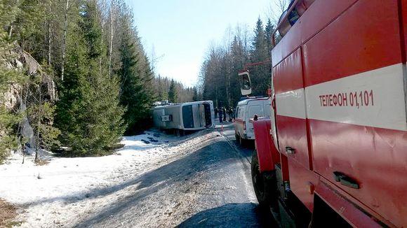 Onnettomuusbussi kyljellään Kanavatiellä Venäjällä.