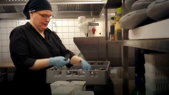 Riikka Lumme työpisteellään keittiössä