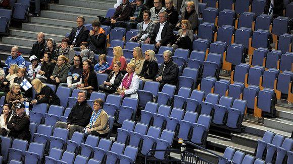 Katsojia Suomen ja Valko-Venäjän välisessä pelissä.