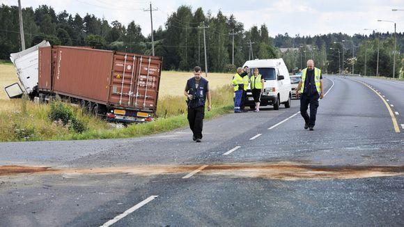Poliisit tutkivat onnettomuuspaikkaa Hattulassa.