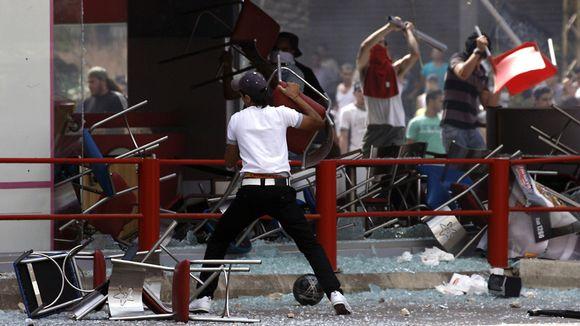 Video: Protestoijat polttivat kaksi länsimaista ketjuruokalaa Tripolissa, Libanonissa 14. syyskuuta 2012.