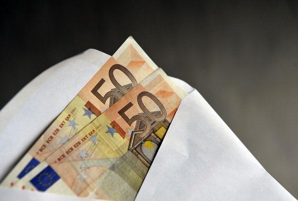 Kaksi 50 euron seteliä kirjekuoressa.