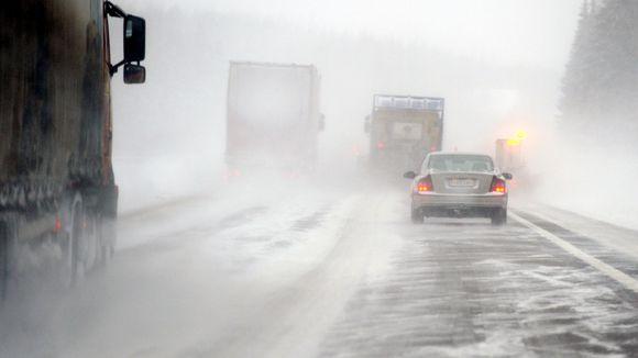 Pöllyävää lunta ja sohjoa Porvoon moottoritiellä.