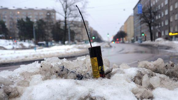 Uudenvuoden juhlinnasta jäänyt ilotulite lumihangessa Helsingissä uudenvuodenpäivän aamuna.