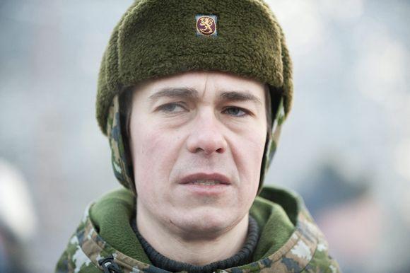 Puolustusministeri Carl Haglund perehtyi maavoimien toimintaan Niinisalon Tykistöprikaatissa maanantaina 3. joulukuuta 2012.