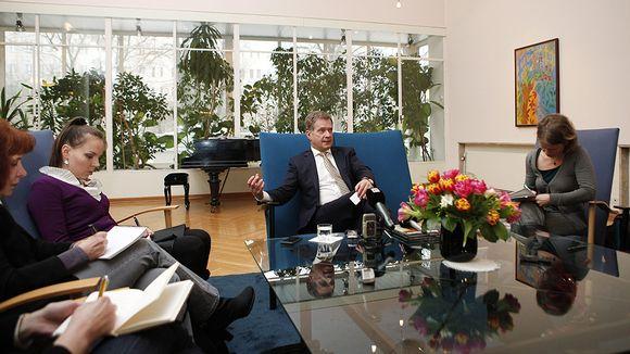 Presidentti Sauli Niinistö tiedotustilaisuudessa toimittajien keskellä Suomen suurlähetystössä Moskovassa.