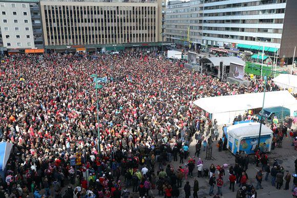 Ässät juhlivat jääkiekon Suomen mestaruutta yhdessä kannattajiensa kanssa Porin torilla lauantaina 27. huhtikuuta 2013.