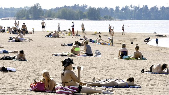 Ihmisiä Hietaniemen uimarannalla.