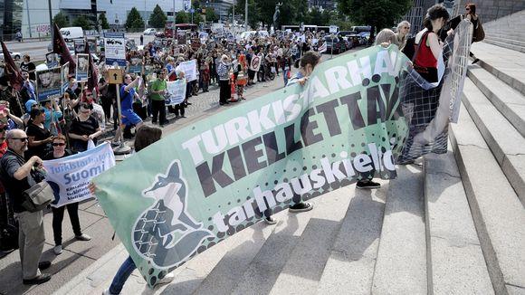 Turkistarhauksen vastainen mielenosoitus Helsingissä.