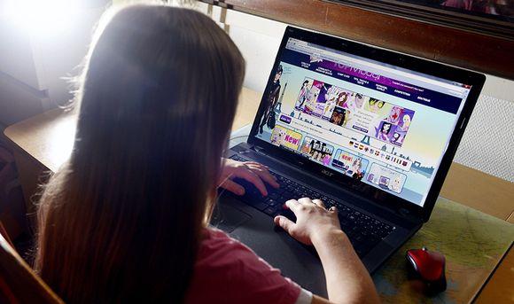Tyttö tietokoneella.