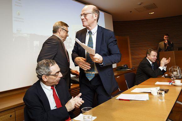 Kokoomuspoliitikkojen konkarikvartetti Ben Zyskowicz (vas), Pertti Salolainen, Kimmo Sasi sekä Ilkka Kanerva kertoivat näkemyksiään Suomen lähialueiden tulevaisuudesta puolueen Mestarit lavalla -keskustelutilaisuudessa Helsingissä keskiviikkona.