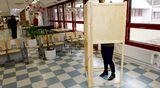 Nainen äänestyskopissa Espoossa.