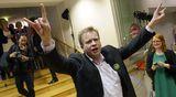 Antti Kaikkonen tuulettaa saapuessaan Keskustan eduskuntavaalien vaalivalvojaisiin Keskustan puoluetoimistolle Helsingissä.