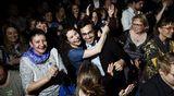 Kansanedustajiksi valitut vihreät Emma Kari (kesk. vas.) ja Yanar Ozan juhlivat vaalitulosta puolueen eduskuntavaalien vaalivalvojaisissa Tavastialla Helsingissä.