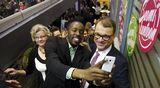 Keskustan puheenjohtaja Juha Sipilä (oik.) pääsee selfieen puolueen vaalivalvojaisissa Helsingissä.