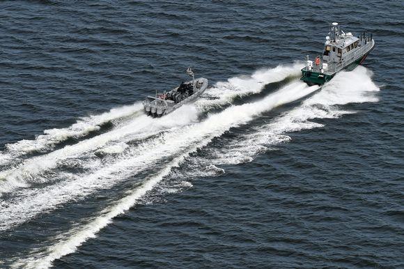 Rajavartiolaitoksen aluksia partiossa Helsingin edustalla tiistaina.